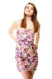 καλοκαίρι μόδας Έφηβη στο floral φόρεμα που απομονώνεται Στοκ Φωτογραφία
