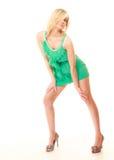 καλοκαίρι μόδας Αρκετά μοντέρνο κορίτσι στο πράσινο φόρεμα Στοκ Φωτογραφίες