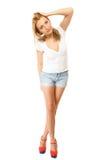 καλοκαίρι μόδας Αρκετά προκλητικό κορίτσι στα σορτς τζιν Στοκ εικόνα με δικαίωμα ελεύθερης χρήσης