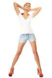 καλοκαίρι μόδας Αρκετά προκλητικό κορίτσι στα σορτς τζιν Στοκ φωτογραφία με δικαίωμα ελεύθερης χρήσης