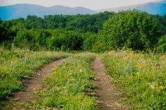 Καλοκαίρι Ο δρόμος από το αυτοκίνητο σε ένα υπόβαθρο των βουνών Ρωσία Στοκ εικόνα με δικαίωμα ελεύθερης χρήσης