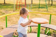 Καλοκαίρι, παιδική ηλικία, ελεύθερος χρόνος και έννοια παιδιών - ευτυχές αγόρι στην παιδική χαρά παιδιών Στοκ εικόνα με δικαίωμα ελεύθερης χρήσης