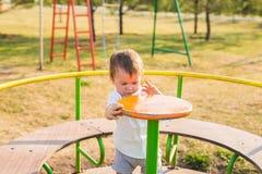 Καλοκαίρι, παιδική ηλικία, ελεύθερος χρόνος και έννοια παιδιών - ευτυχές αγόρι στην παιδική χαρά παιδιών Στοκ φωτογραφία με δικαίωμα ελεύθερης χρήσης