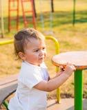 Καλοκαίρι, παιδική ηλικία, ελεύθερος χρόνος και έννοια παιδιών - ευτυχές αγόρι στην παιδική χαρά παιδιών Στοκ Φωτογραφία