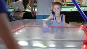 Καλοκαίρι παιδιών στο παίζοντας χόκεϋ αέρα διακοπών, χαρά φιλμ μικρού μήκους