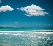 Καλοκαίρι παραλιών με τα σύννεφα και το μπλε ουρανό Στοκ φωτογραφίες με δικαίωμα ελεύθερης χρήσης