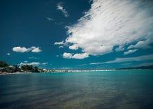 Καλοκαίρι παραλιών με τα σύννεφα και το μπλε ουρανό Στοκ Φωτογραφίες