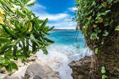 Καλοκαίρι παραλιών με τα σύννεφα, το μπλε ουρανό και το φοίνικα Ο όμορφος τροπικός παράδεισος για τις διακοπές και χαλαρώνει το δ Στοκ φωτογραφίες με δικαίωμα ελεύθερης χρήσης