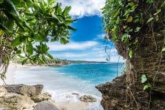 Καλοκαίρι παραλιών με τα σύννεφα, το μπλε ουρανό και το φοίνικα Ο όμορφος τροπικός παράδεισος για τις διακοπές και χαλαρώνει το δ Στοκ εικόνα με δικαίωμα ελεύθερης χρήσης