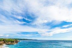 Καλοκαίρι παραλιών με τα σύννεφα, το μπλε ουρανό και το φοίνικα Ο όμορφος τροπικός παράδεισος για τις διακοπές και χαλαρώνει το δ Στοκ Εικόνες