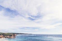 Καλοκαίρι παραλιών με τα σύννεφα, το μπλε ουρανό και το φοίνικα Ο όμορφος τροπικός παράδεισος για τις διακοπές και χαλαρώνει το δ Στοκ φωτογραφία με δικαίωμα ελεύθερης χρήσης