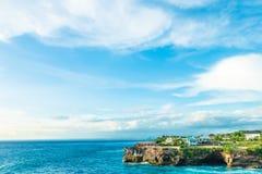 Καλοκαίρι παραλιών με τα σύννεφα, το μπλε ουρανό και το φοίνικα Ο όμορφος τροπικός παράδεισος για τις διακοπές και χαλαρώνει το δ Στοκ εικόνες με δικαίωμα ελεύθερης χρήσης