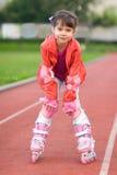Καλοκαίρι πορτρέτου μικρών κοριτσιών υπαίθρια στους κυλίνδρους στοκ εικόνα