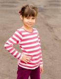 Καλοκαίρι πορτρέτου μικρών κοριτσιών υπαίθρια στοκ φωτογραφίες