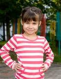 Καλοκαίρι πορτρέτου μικρών κοριτσιών υπαίθρια στοκ εικόνες