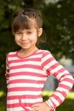 Καλοκαίρι πορτρέτου μικρών κοριτσιών υπαίθρια στοκ εικόνα με δικαίωμα ελεύθερης χρήσης