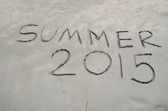 Καλοκαίρι 2015 που γράφεται στην άμμο Στοκ εικόνα με δικαίωμα ελεύθερης χρήσης