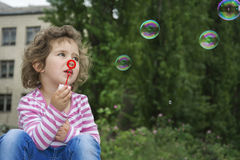 Καλοκαίρι στη συνεδρίαση πάρκων στα βήματα του μικρού κοριτσιού και του β Στοκ εικόνες με δικαίωμα ελεύθερης χρήσης