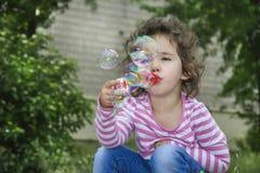 Καλοκαίρι στη συνεδρίαση πάρκων στα βήματα του μικρού κοριτσιού και του β Στοκ εικόνα με δικαίωμα ελεύθερης χρήσης