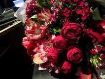 Καλοκαίρι τριαντάφυλλα τα λουλούδια ανθοδεσμών, αυξήθηκαν λουλούδια, αγάπη Στοκ Εικόνες