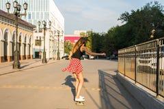 Καλοκαιρινές διακοπές, ακραίος αθλητισμός και έννοια ανθρώπων - ευτυχές κορίτσι που οδηγά σύγχρονο skateboard στην οδό πόλεων Στοκ φωτογραφία με δικαίωμα ελεύθερης χρήσης