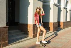Καλοκαιρινές διακοπές, ακραίος αθλητισμός και έννοια ανθρώπων - ευτυχές κορίτσι που οδηγά σύγχρονο skateboard στην οδό πόλεων Στοκ εικόνες με δικαίωμα ελεύθερης χρήσης