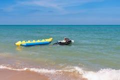 Καλοκαιρινές διακοπές θαλασσίως Όμορφο φωτεινό μπλε νερό και κόκκινο α Στοκ εικόνα με δικαίωμα ελεύθερης χρήσης