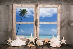 Καλοκαιρινές διακοπές στην άσπρη παραλία άμμου - άποψη θάλασσας Στοκ φωτογραφία με δικαίωμα ελεύθερης χρήσης