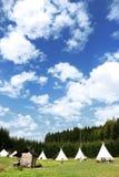 Καλοκαιρινό εκπαιδευτικό κάμπινγκ για τα παιδιά με το δραματικό ουρανό στοκ εικόνες