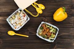 Καλοψημένα νόστιμα πιάτα που βρίσκονται στα κιβώτια φύλλων αλουμινίου Στοκ εικόνα με δικαίωμα ελεύθερης χρήσης