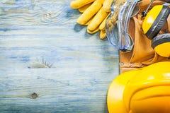 Καλυμμάτων αυτιών προστατευτική γυαλιών ζώνη εργαλείων καπέλων γαντιών σκληρή σε ξύλινο Στοκ φωτογραφία με δικαίωμα ελεύθερης χρήσης