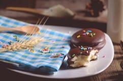 καλυμμένα με σοκολάτα πρόχειρα φαγητά πιτών choco στο ξύλινο υπόβαθρο Στοκ Εικόνες