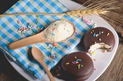 καλυμμένα με σοκολάτα πρόχειρα φαγητά πιτών choco στο ξύλινο υπόβαθρο Στοκ εικόνα με δικαίωμα ελεύθερης χρήσης