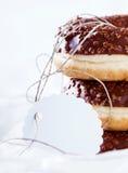 Καλυμμένα με σοκολάτα doughnuts δαχτυλιδιών Στοκ εικόνες με δικαίωμα ελεύθερης χρήσης