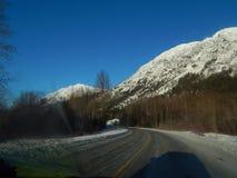 Καλυμμένα χιόνι βουνά κατά μήκος της εθνικής οδού Haines Στοκ Φωτογραφία