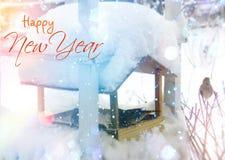 καλυμμένα όρη σπιτιών ελβετικά χειμερινά δάση χιονιού σκηνής μικρά Χριστούγεννα και νέα κάρτα χαιρετισμών έτους Στοκ Εικόνα