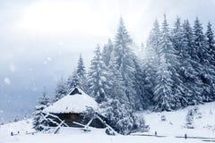 καλυμμένα hoarfrost δέντρα χιονιού βουνών βουνών σπιτιών Στοκ Φωτογραφία