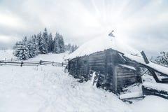 καλυμμένα hoarfrost δέντρα χιονιού βουνών βουνών σπιτιών Στοκ Εικόνα