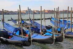 Καλυμμένες γόνδολες στη λιμνοθάλασσα της Βενετίας Στοκ φωτογραφία με δικαίωμα ελεύθερης χρήσης