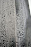 Καλυμμένες σταγόνες βροχής μορίων αλουμινίου φραγμός Στοκ Φωτογραφίες