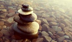 Καλυμμένη έννοια νερού βράχων ισορροπίας της Zen χαλίκια Στοκ φωτογραφίες με δικαίωμα ελεύθερης χρήσης