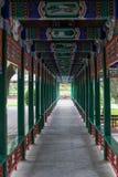 Καλυμμένη διάβαση πεζών στο παλαιό παραδοσιακό πάρκο στο Πεκίνο, Κίνα Στοκ φωτογραφίες με δικαίωμα ελεύθερης χρήσης