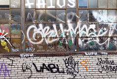Καλυμμένη σύσταση υποβάθρου τουβλότοιχος γκράφιτι Grunge Στοκ Φωτογραφίες