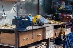 Καλυμμένος πριονίδι πάγκος εργασίας Στοκ εικόνα με δικαίωμα ελεύθερης χρήσης