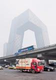 Καλυμμένο αιθαλομίχλη κτήριο CCTV στο κέντρο πόλεων του Πεκίνου, Κίνα Στοκ φωτογραφία με δικαίωμα ελεύθερης χρήσης