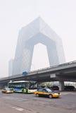 Καλυμμένο αιθαλομίχλη κτήριο CCTV στο κέντρο πόλεων του Πεκίνου, Κίνα Στοκ Φωτογραφία