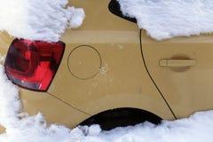 καλυμμένο αυτοκίνητα χιόν Στοκ Φωτογραφίες
