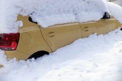 καλυμμένο αυτοκίνητα χιόν Στοκ Φωτογραφία