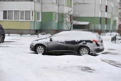 καλυμμένο αυτοκίνητο χιό&n χιόνι Στοκ Εικόνα