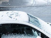 καλυμμένο αυτοκίνητο χιό&n Στοκ Εικόνα